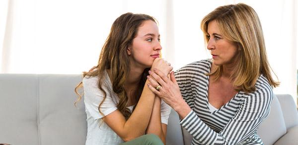 Äiti keskustelee tyttären kanssa