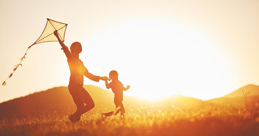 Nainen ja lapsi lennättämässä leijaa