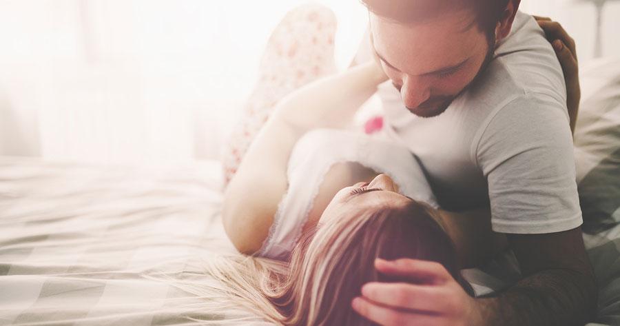 Romanttinen pariskunta sängyllä