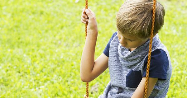 Tylsistynyt lapsi keinussa