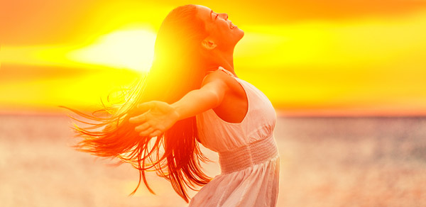 Nainen auringonlaskussa