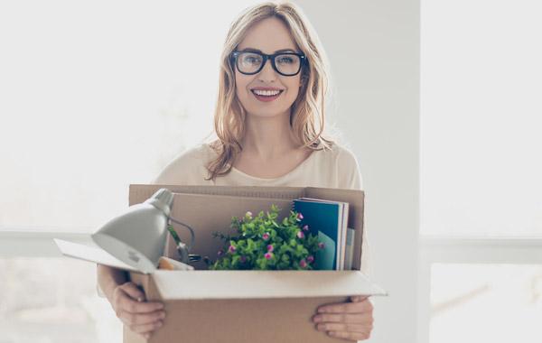 Nainen kantaa laatikkoa
